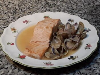 Salmon with Clams Recipe - Salmón con Almejas